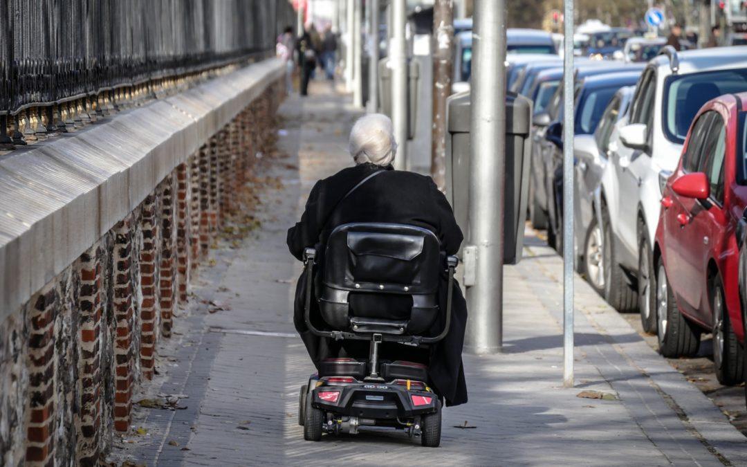 Otiumstole med løft gør ældre selvhjulpne