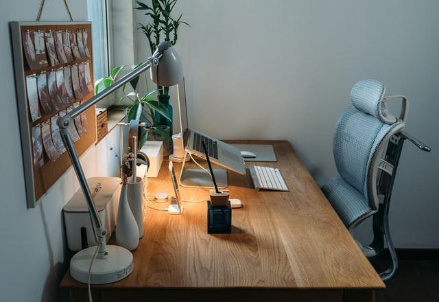 Et skrivebord til den ergonomiske kontorstol
